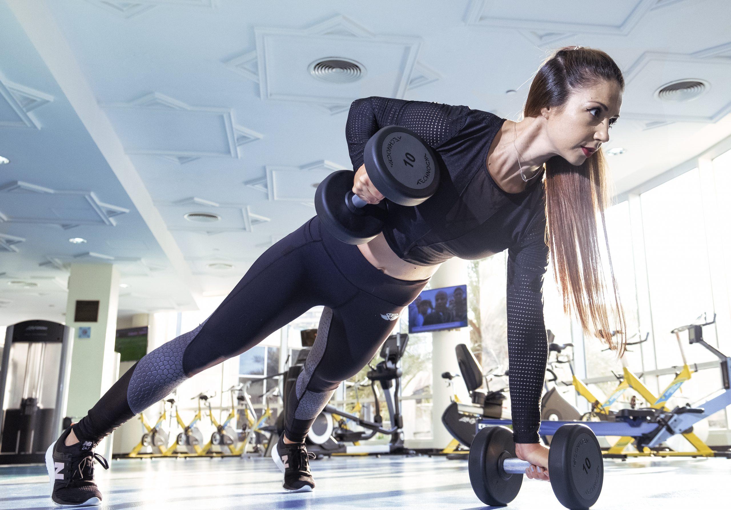 femme qui fait des exercices de training pour perdre du poids scale ma balance connectée