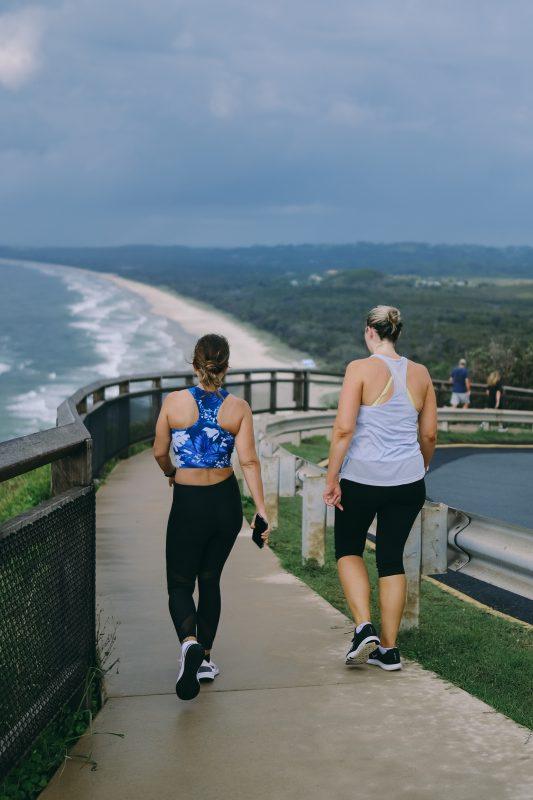 femmes qui pratiquent la marche comme sport pour perdre du poids