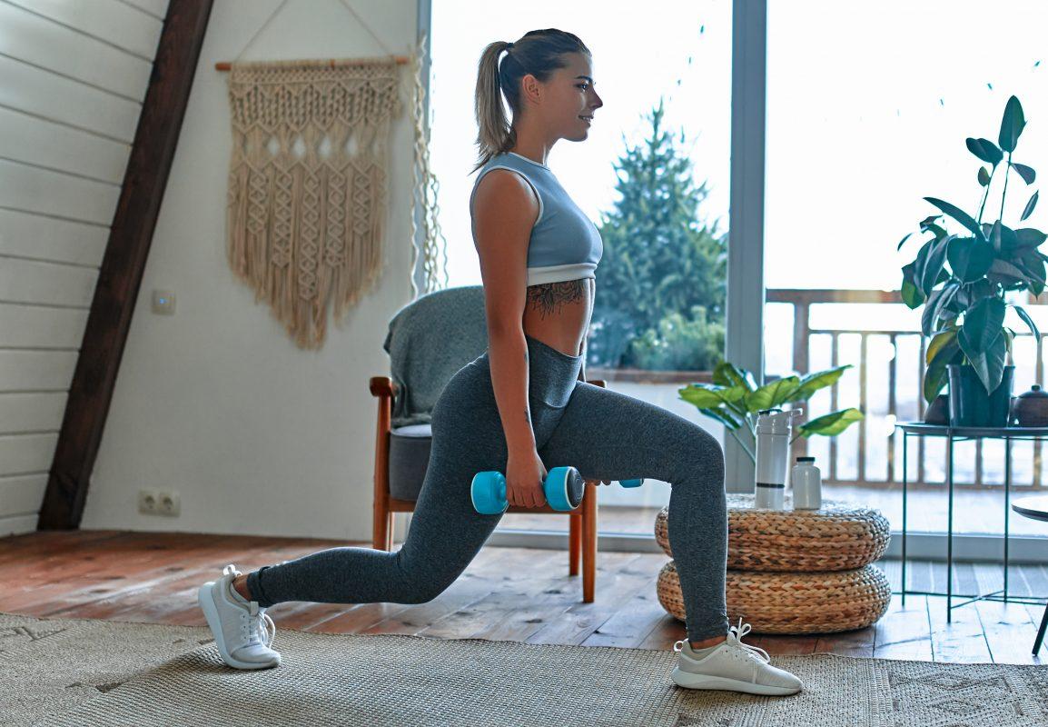 Femme sportive qui suit son poids avec la balance connectée Scale