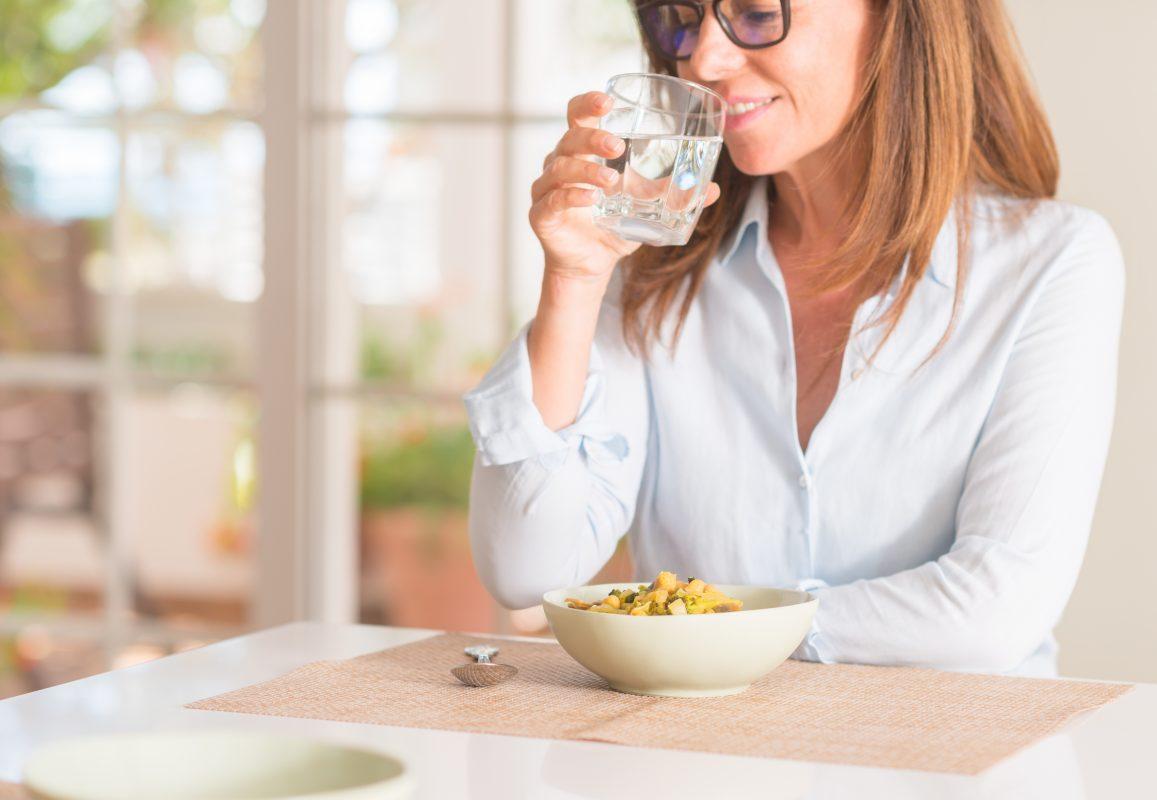 une femme qui mange des aliments sains en appliquant le re equilibrage alimentaire après une perte de poids grâce à la balance connectée scale